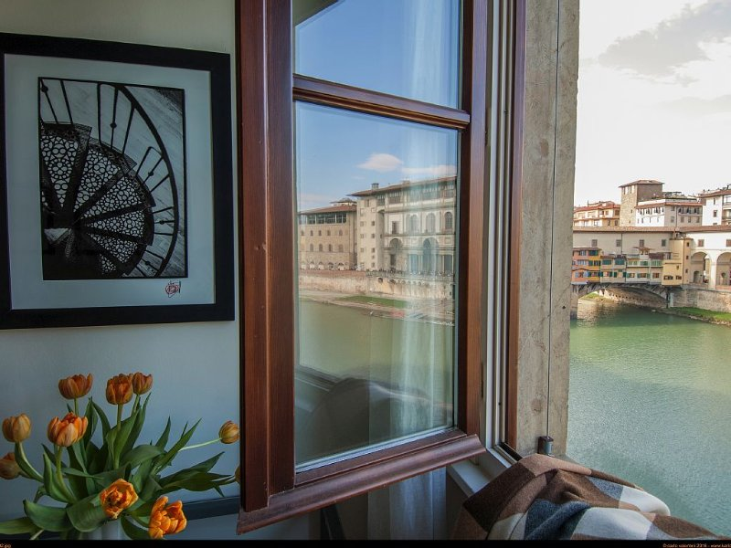 Amazing Views of Ponte Vecchio and Uffizi - Extremely silent - Modern - WiFi, holiday rental in Florence