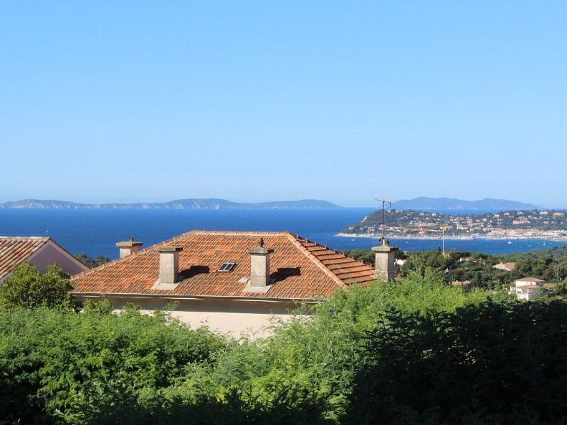 Charming Apt On Cote D'azur With Sea Views, Walking Distance To Beach And Shops, casa vacanza a La Croix-Valmer