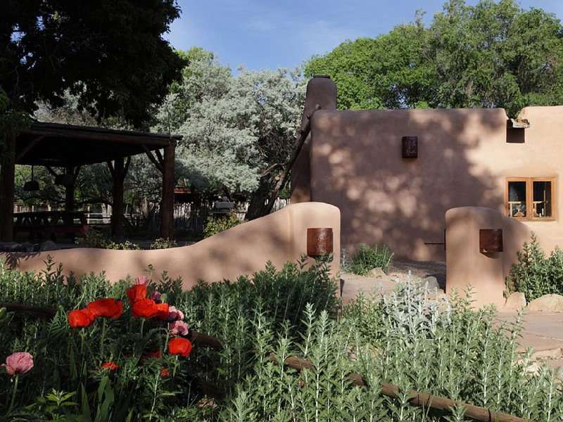 6 Br / 3 Ba Adobe House Near Taos, vacation rental in Carson