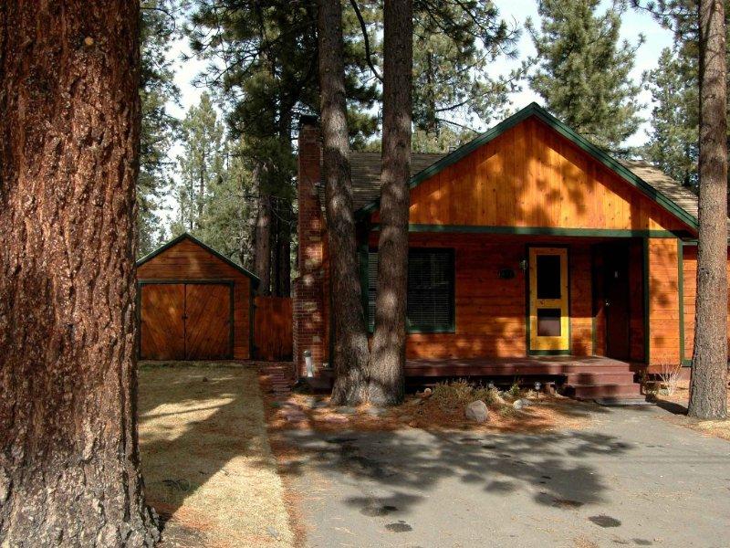 The Cozy Tahoe Cabin - Hot Tub, Pet Friendly, & 5 Min. to Lake, location de vacances à South Lake Tahoe