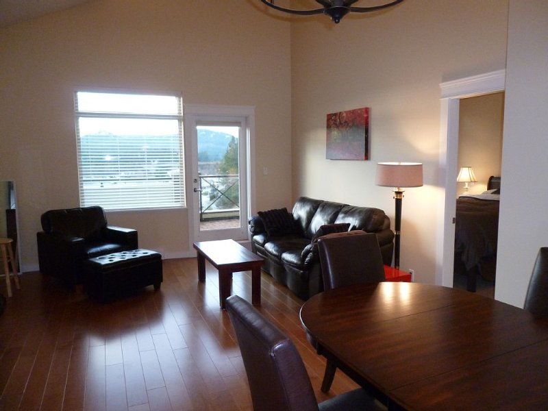 New, Bright, Sunny, Mountain View Condo North Nanaimo, vacation rental in Nanaimo