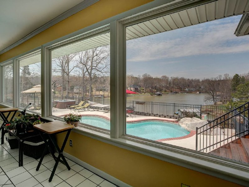 family vacation or events (wedding) Waterfront Lake wylie home - pool-hot tub, Ferienwohnung in Belmont