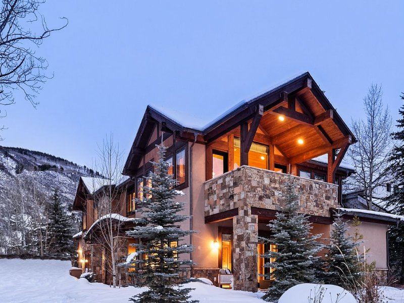 Winter or Summer Large Family Home - Walk to Gondola or Aspen Village Ammenities, vacation rental in Aspen