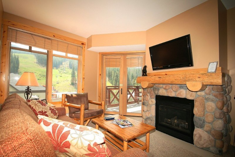 Beautiful ski condo in center village!, alquiler vacacional en Copper Mountain