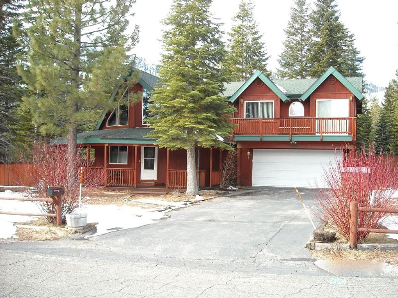3 bedroom 2 bath Tahoe Chalet style home in a quiet neighborhood sleeps 8, alquiler de vacaciones en Fallen Leaf