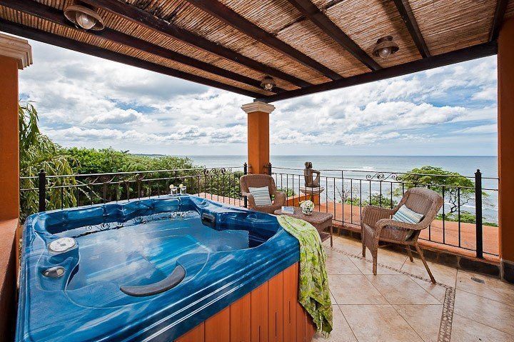 OCEANFRONT LUXURY - FINEST PENTHOUSE ON THIS BEACH!, holiday rental in Playa Langosta