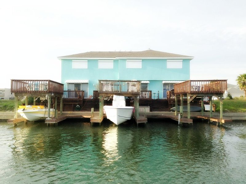 Stay on the water! Beautiful condo on canal located near beach! Great views!, alquiler de vacaciones en Chapman Ranch