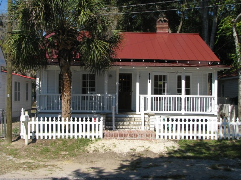 Quaint Recently Restored Historical Home, vacation rental in Lady's Island