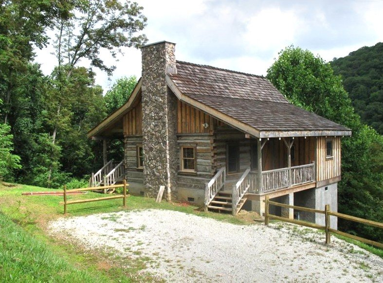 Newly Built Authentic Log Cabin in the Blue Ridge Mountains, casa vacanza a Newland