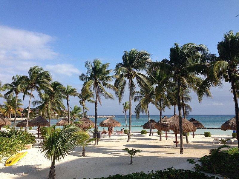 Best Location, True Beachfront, Luxury 2 BR Condo, Villas Del Mar C 105, Ferienwohnung in Puerto Aventuras
