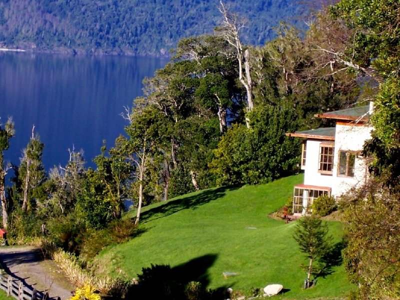 Breathtaking Lake-View Patagonia Farm Home In Spectacular Southern Chile, alquiler de vacaciones en Neltume