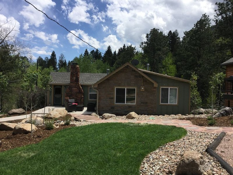 Mountain Retreat With Hot Tub & WIFI, holiday rental in Green Mountain Falls