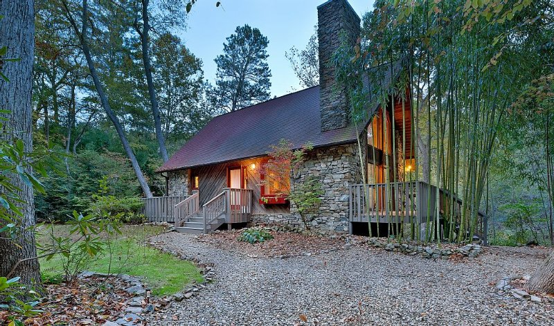 Private Riverfront Beauty close to Downtown Asheville, location de vacances à Asheville
