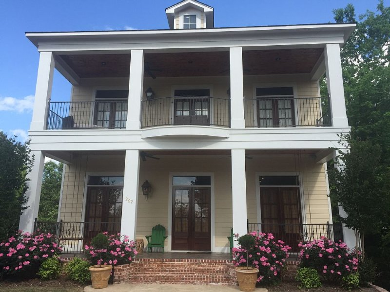 Walk To Everything - Southern Charm In Downtown Oxford, holiday rental in Oxford