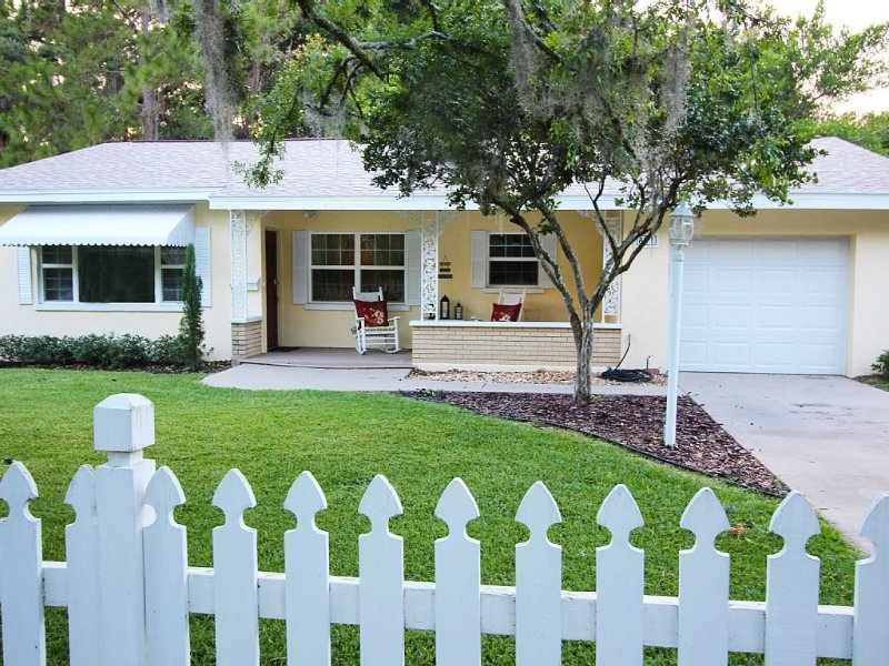 Rocking Chair Cottage in Historic Mt Dora (Walk to Town), casa vacanza a Umatilla