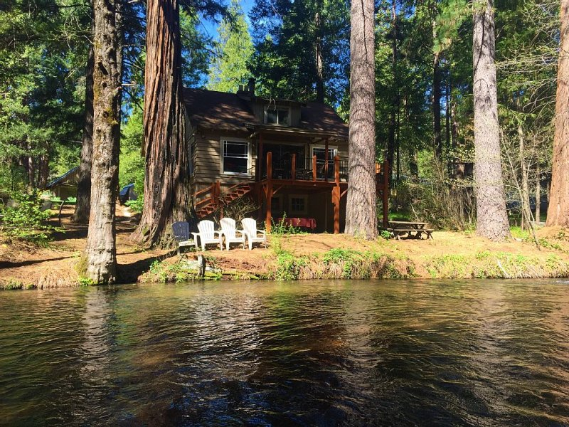 Lassen Creek-Side 4 Bedroom Home with Giant Sequoias Pines & Cedars, holiday rental in Shingletown