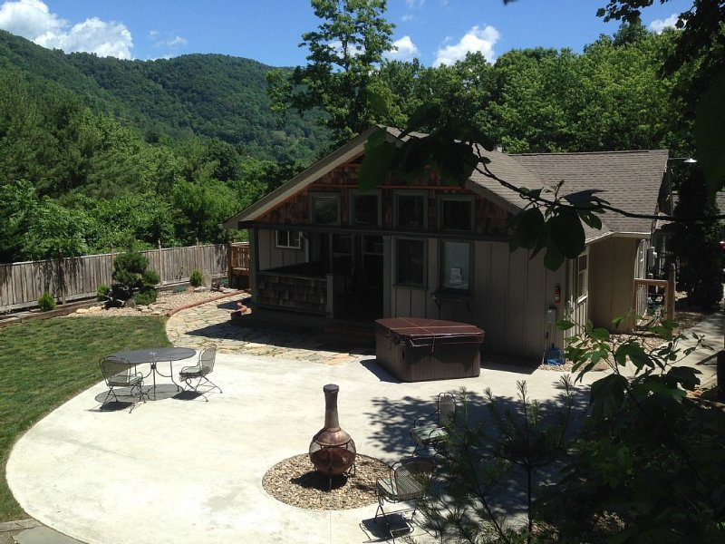Romantic Escape-Private with Hot tub & Fireplace and Fenced Yard. (sleeps 2), location de vacances à Asheville