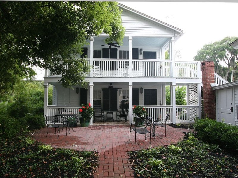 Carriage House under Live Oaks in historic Beaufort SC, location de vacances à Lady's Island
