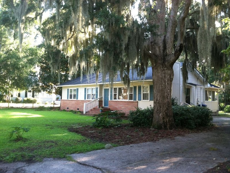Newly decorated home in quiet neighborhood, vacation rental in Lady's Island