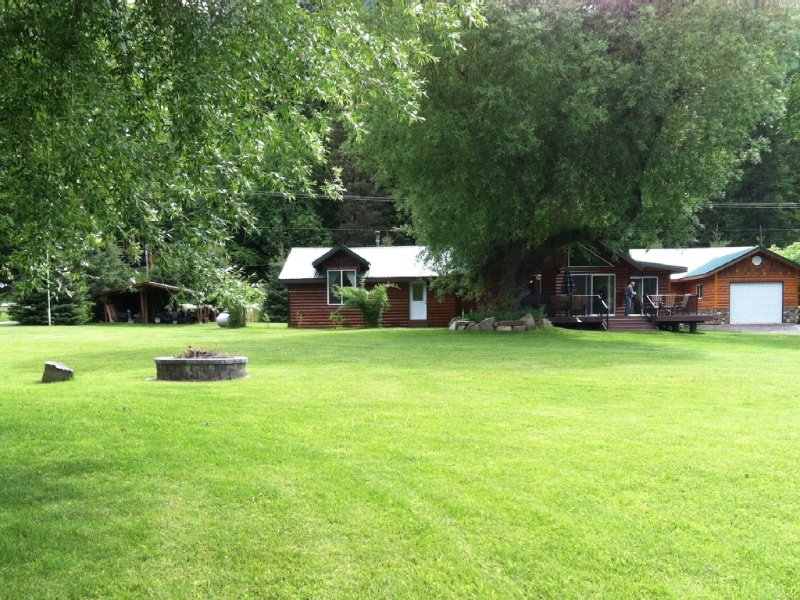 Lakefront Estate-  Home & 3 small Cabins ON BULL LAKE, holiday rental in Troy
