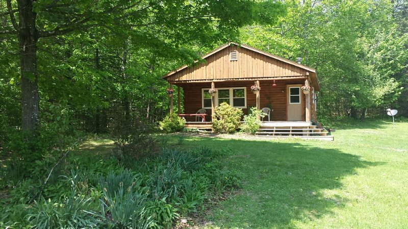 Cabin in scenic woods with hiking trails. Horseback Riding Available, holiday rental in Sebec