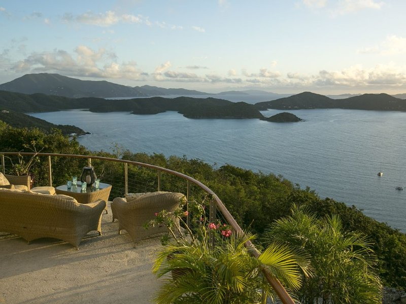 Joy of Life Villa, a Couples Haven with 180-Degree Views!, holiday rental in East End