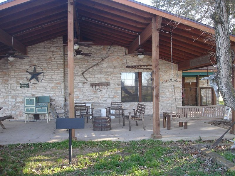 Texas working cattle ranch, 133 secluded acres, 3 beds, 2+ bath - sleeps 12, casa vacanza a Smithville