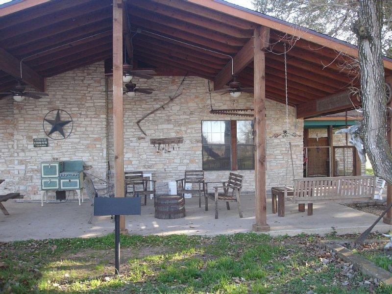 Texas working cattle ranch, 133 secluded acres, 3 beds, 2+ bath - sleeps 12, location de vacances à Schulenburg
