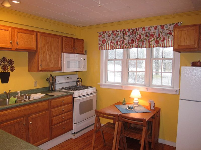 Adorable 3-Room Apartment Within Walking Distance To Camden And Rockport Harbors, holiday rental in Union