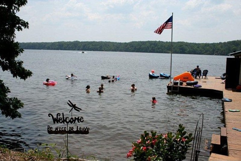 5 Bedroom Main Lake Home with Kid's Play Area, Canoes, Pool Table and Wifi, vacation rental in Macon