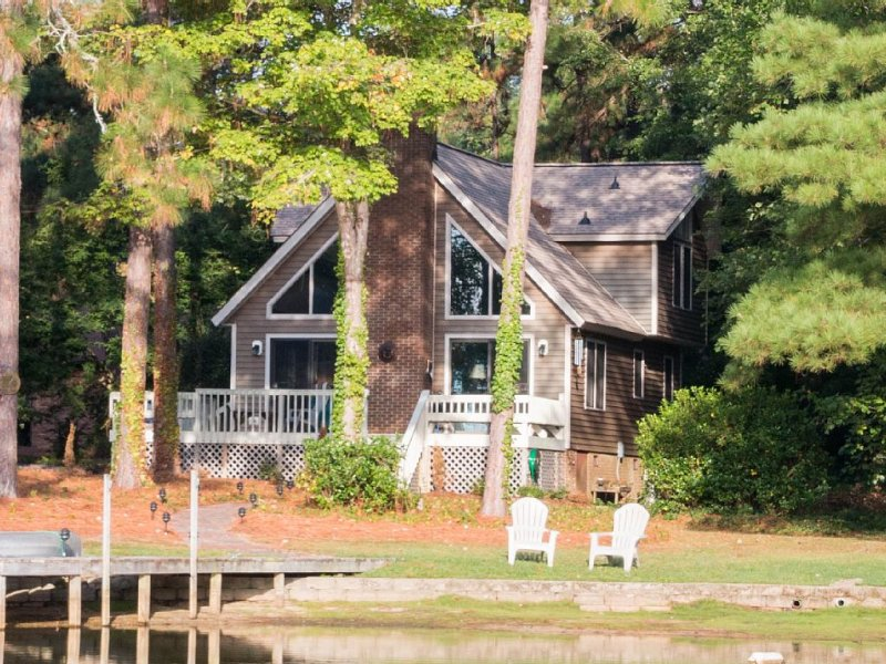 Lakefront in a Gated Community, 10 miles from Pinehurst Village, holiday rental in West End