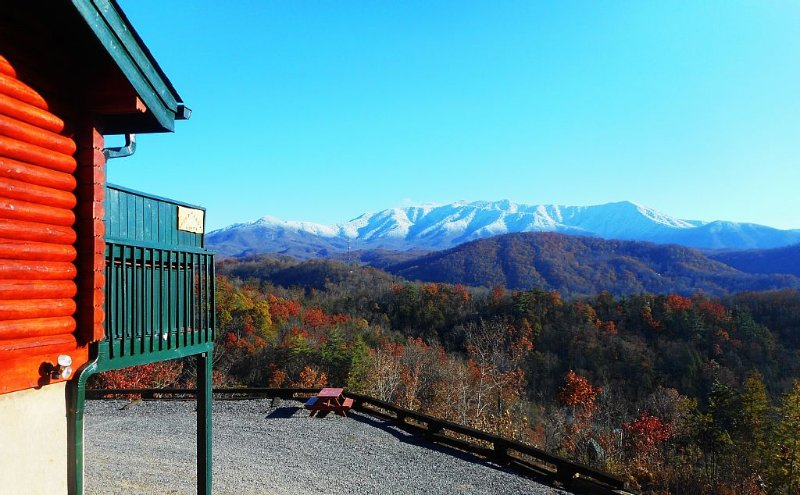 $398 a nite in Sleeps up to 25 Booking for 2017 Six HDTVs Stunning Views HotTub, vacation rental in Gatlinburg