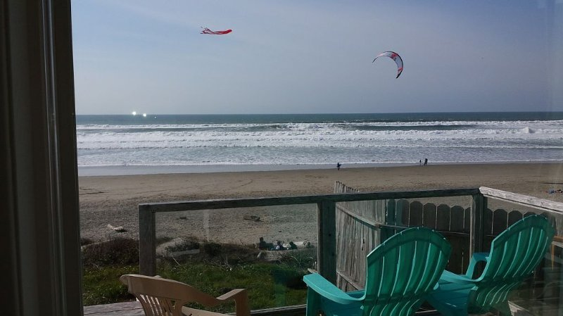 Oceanfront in Lincoln City Roads End - Literally Steps Away From the Beach!, holiday rental in Lincoln City