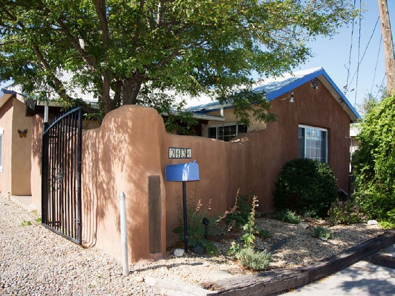 Sweet Historic Adobe Home in Old Town Area, holiday rental in Albuquerque