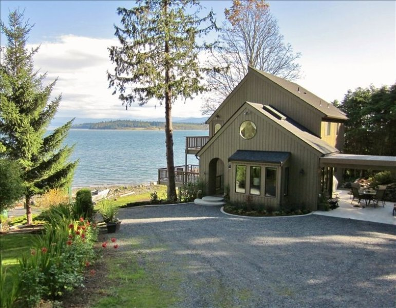 Beautiful Beachfront Home with Panoramic Views of Puget Sound, holiday rental in San Juan Islands