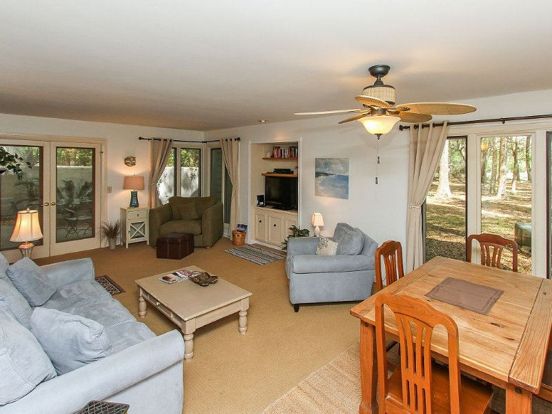 Cozy, comfortable, pet-friendly,1st floor condo in private,wooded Palmetto Dunes, location de vacances à Bluffton