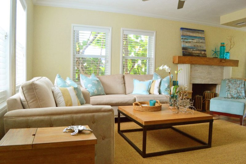 Three Bedroom Home Steps From The Beach!, holiday rental in Hollywood