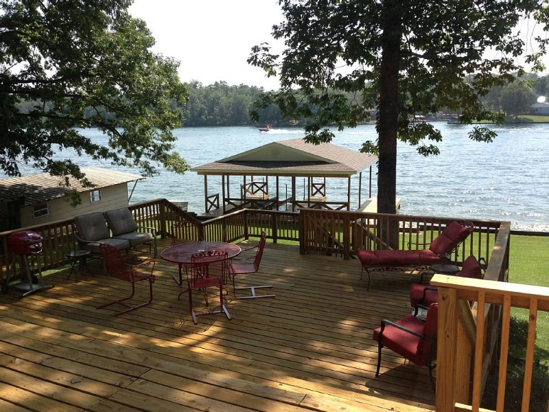 Lakefront Home With Covered Boat Dock, holiday rental in Pearcy