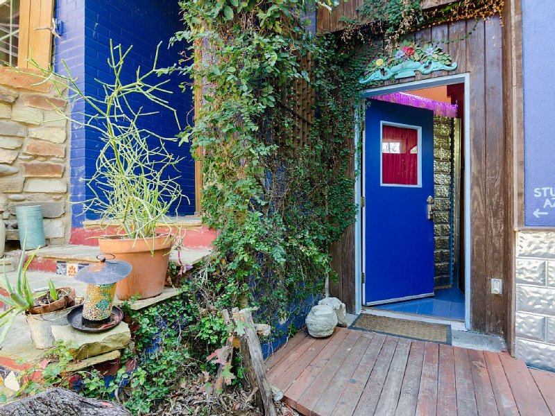 Cool Art/Living Space & Studio - Near Soco & Downtown!!, alquiler de vacaciones en Austin