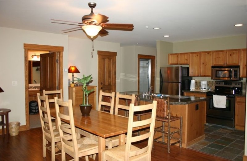 Awesome 2 BR in Keystone-Sleeps 8!! Steps to the Gondola!!, casa vacanza a Dillon