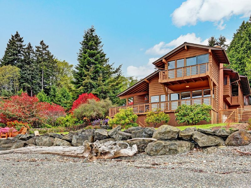 Rockaway Beach Waterfront Home with Stunning Views, location de vacances à Bainbridge Island