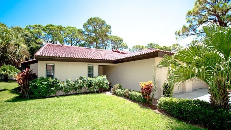 Resort Style Villa With Heated Pool, 2 Tennis Courts And Jacuzzi !, holiday rental in Sarasota