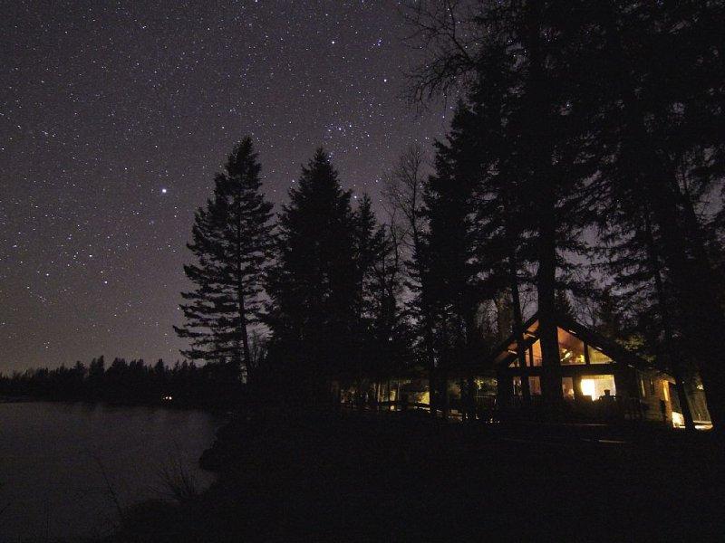 Flathead River-front Cabin is centrally located!, aluguéis de temporada em Kalispell