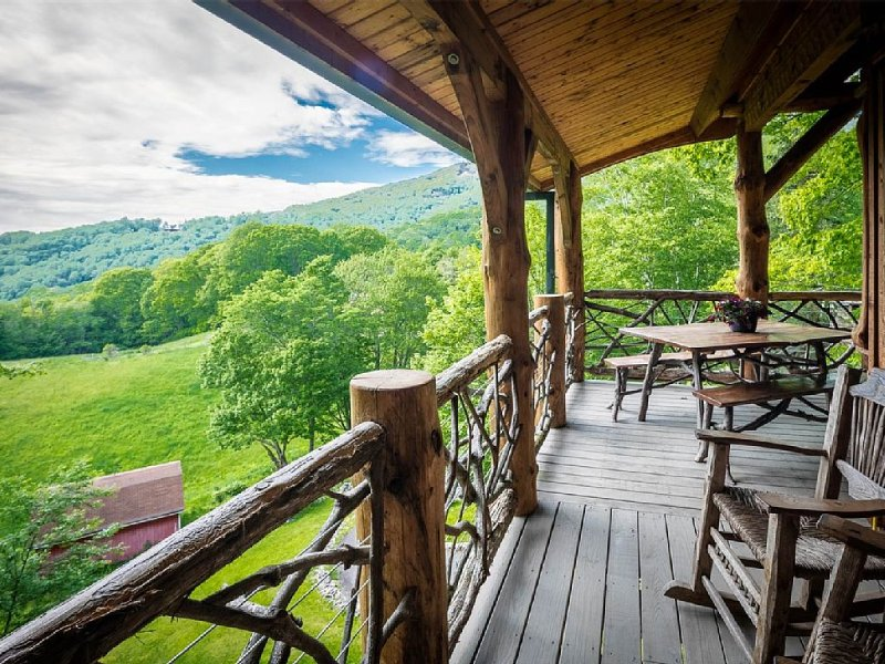 ASK ABOUT DISCOUNTED RATES!The Eagle Eye Cabin at The Original Eagles Nest, holiday rental in Banner Elk