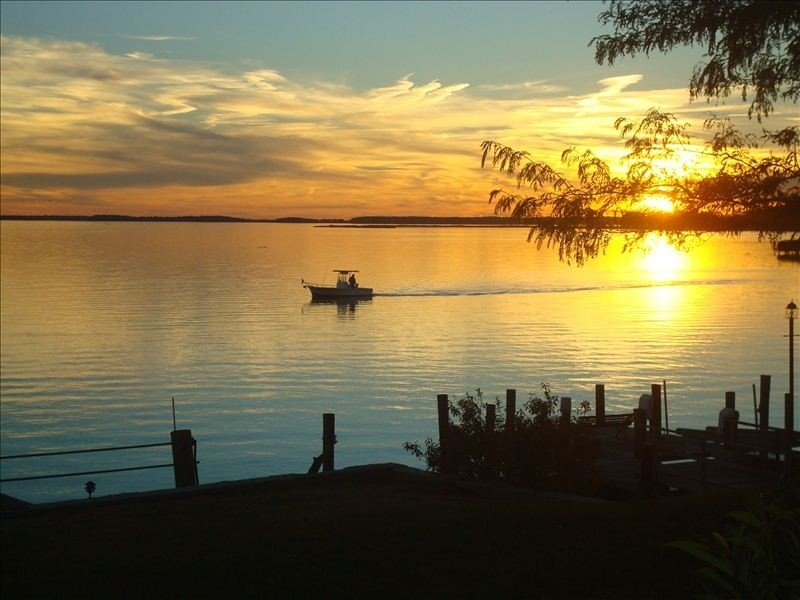 Water Front Retreat - Sunrise and Sunset Water Views, holiday rental in Centreville