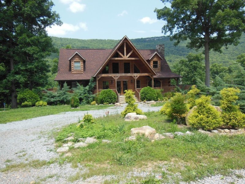 Half Moon -3 story log cabin on Lookout Mountain! 3600 sqft 3 bedroom/3.5 bath
