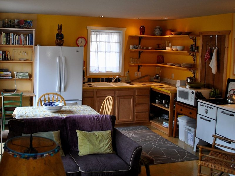 Mapleton Hill - Artists Colorful Apartment in Welcoming Home, holiday rental in Boulder