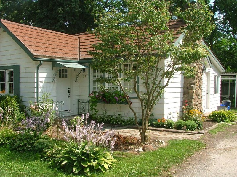 Charming Cottage With Stone Fireplace, holiday rental in Niagara-on-the-Lake