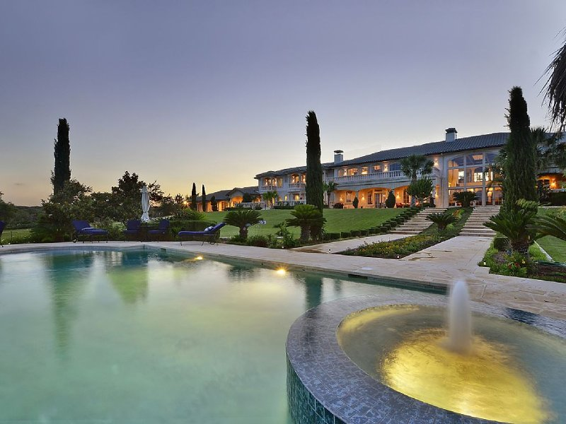 16,000 Sq. Ft. Waterfront Luxury 12+ Acre Estate with guesthouse on Lake Travis, casa vacanza a Lago Vista
