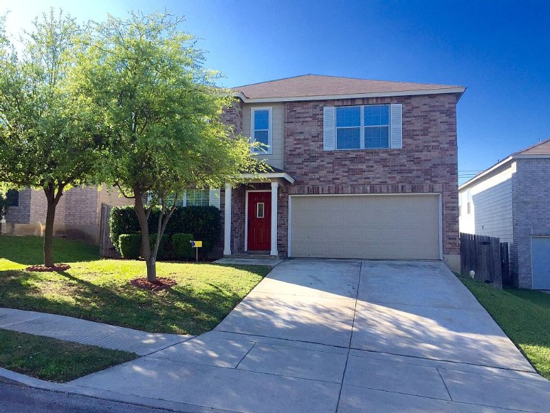 *BMT* Oversized Home Near LACKLAND/SEA WORLD/ALAMO/Major Attractions!, vacation rental in San Antonio